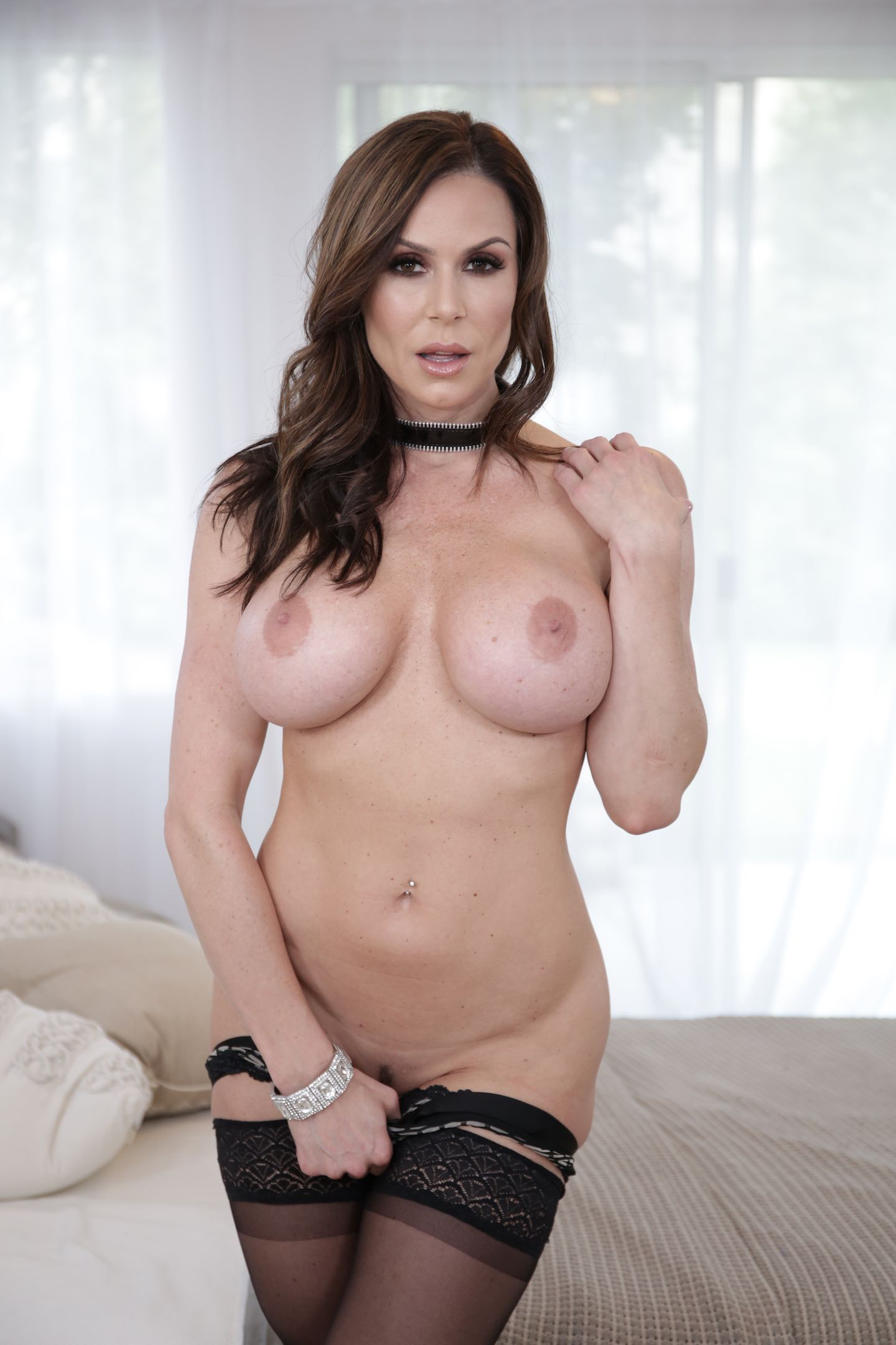 Army milf naked and unaware 3